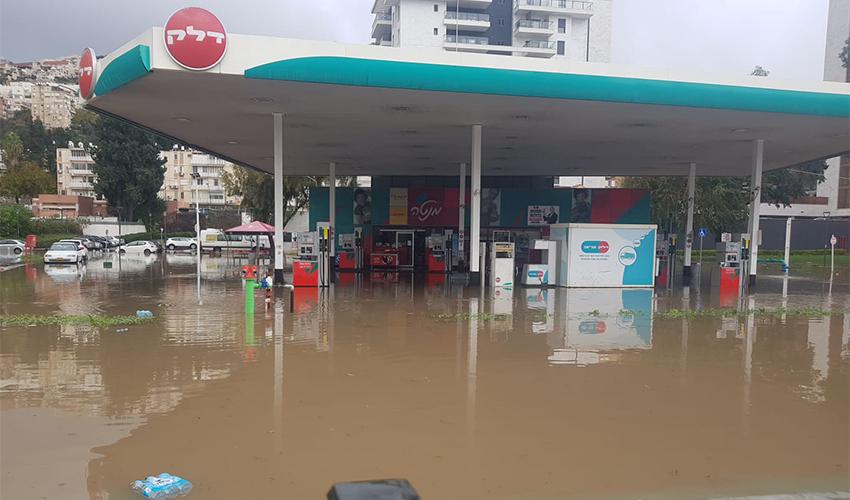 תחנת הדלק שהוצפה (צילום: דוברות שירותי הכבאות וההצלה)