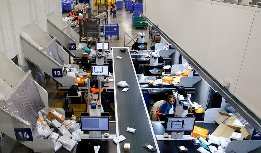 מיון חבילות בדואר ישראל (צילום: גיל כהן מגן)