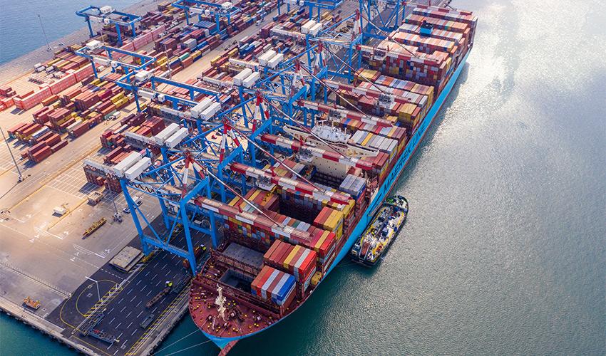 פריקה וטעינה בנמל חיפה (צילום: Bravo-Zulu Aerials)