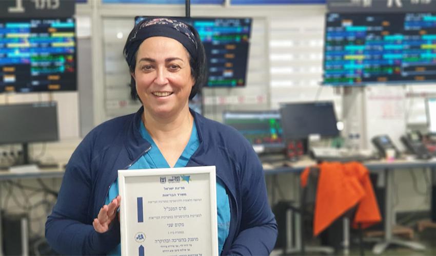 """אילנה סימן טוב-דודלס ותעודת הפרס (צילום: הקריה הרפואית רמב""""ם)"""