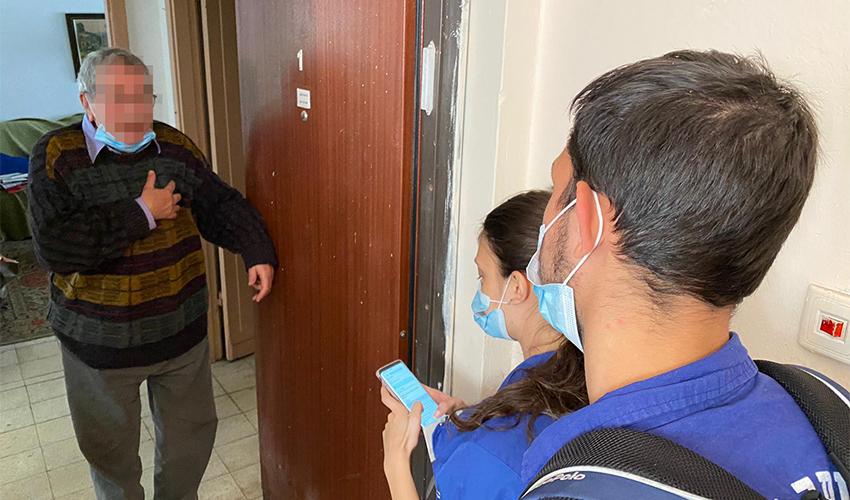 ביקור בבית של קשיש בהדר (צילום: ראובן כהן, דוברות עיריית חיפה)