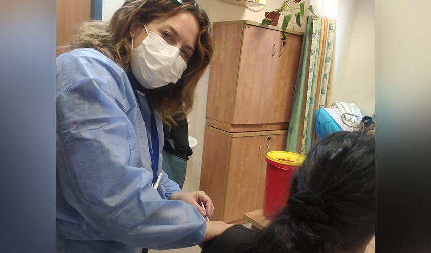 מיכל אידלמן במבצע החיסונים לדיירי הוסטלים במערך השיקום (צילום: דוברות שירותי בריאות כללית)
