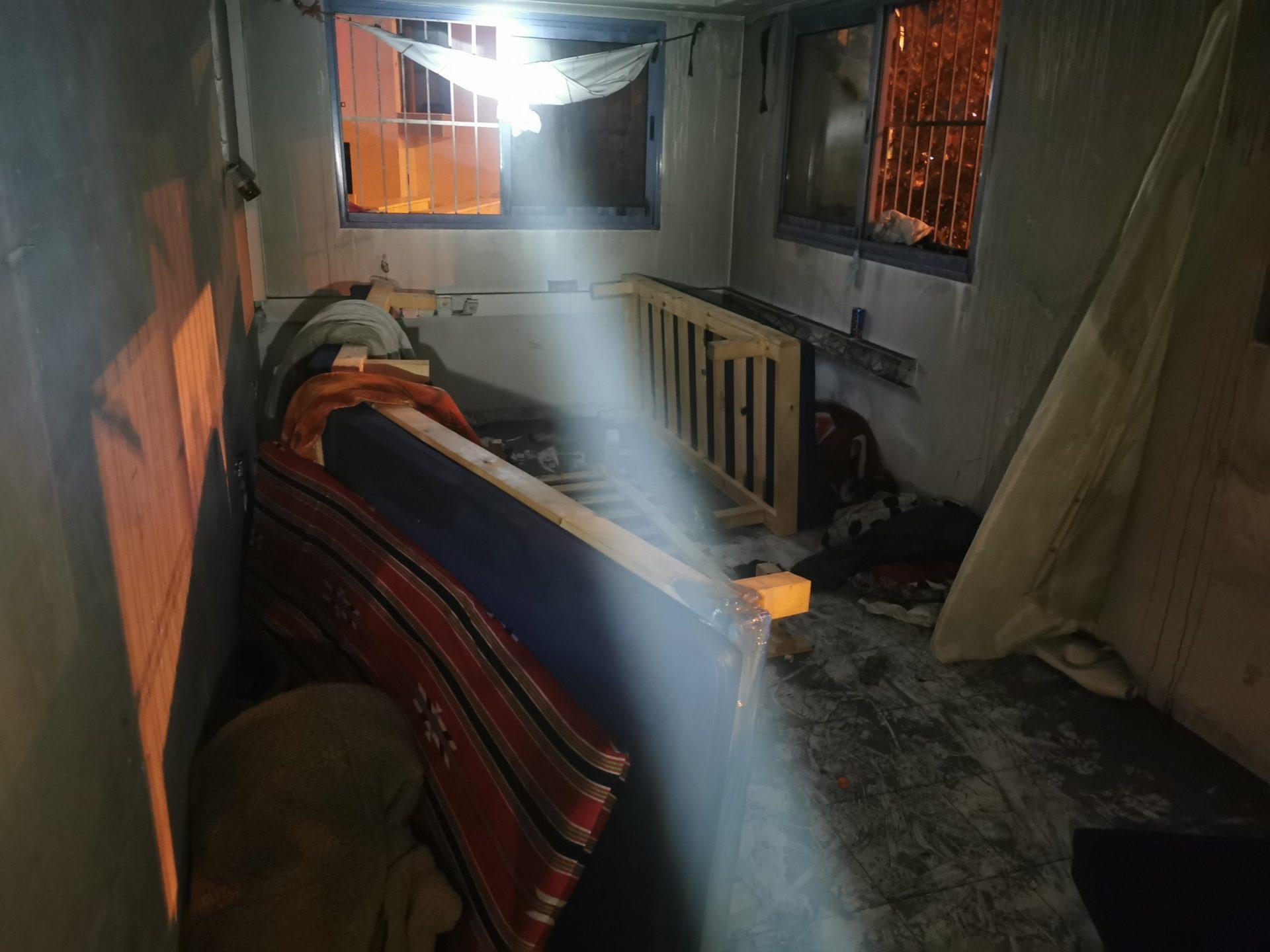 נזקי השריפה בדירה ברחוב רבי שלום שרעבי (צילום: דוברות שירותי הכבאות וההצלה)