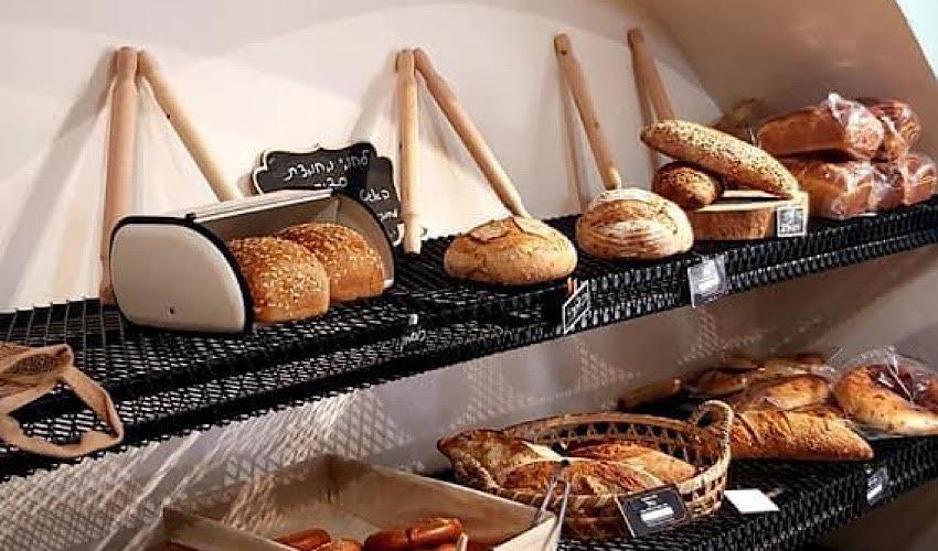 מדפי הלחמים של Bakery & More (צילום: שירלי קרשובר)
