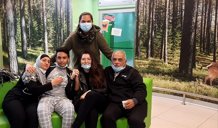 """יזן שלבק עם בני משפחתו בקריה הרפואית רמב""""ם (צילום: רולא מוחמד)"""