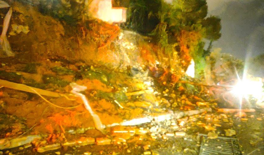 הקיר שקרס בדניה (צילום: דוברות שירותי הכבאות וההצלה)