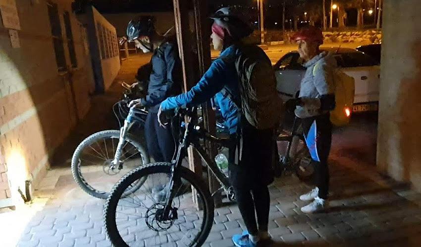 המתנדבים והחברים במגדל אור עם אופני הטנדם (צילום: אופיר בנטל)