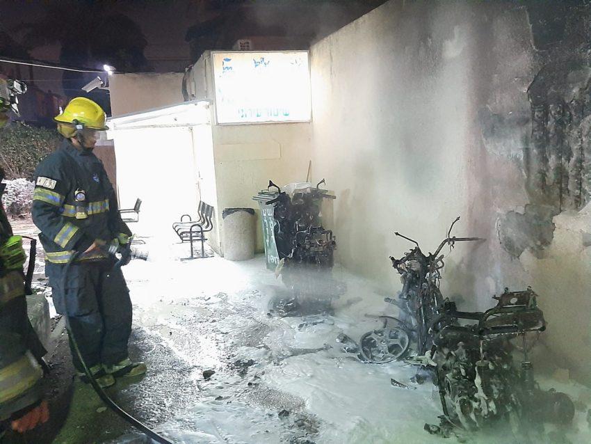 הקטנועים שנשרפו (צילום: דוברות שירותי הכבאות וההצלה)