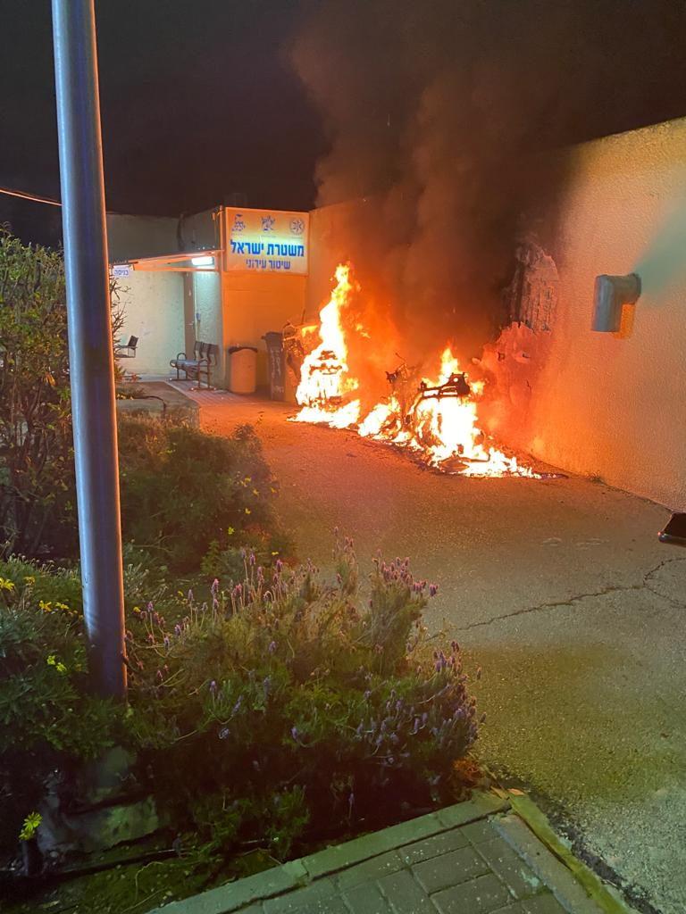 הקטנועים עולים באש (צילום: דוברות משטרת ישראל)