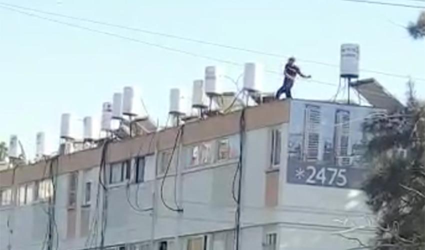 האדם שהתבצר על גג הבניין ברחוב אדמונד פלג (צלם לא ידוע, שימוש לפי סעיף 27א' לחוק זכויות יוצרים)