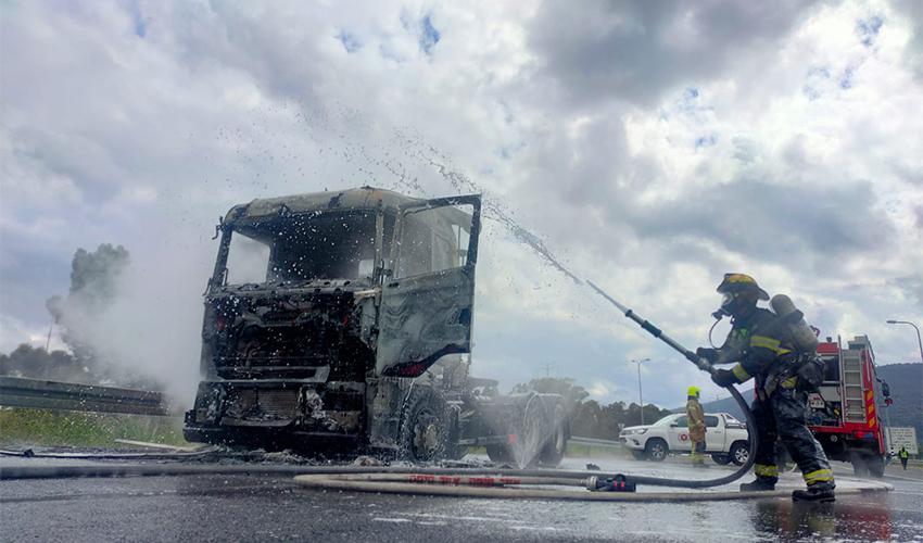 המשאית שנשרפה (צילום: דוברות שירותי הכבאות וההצלה)