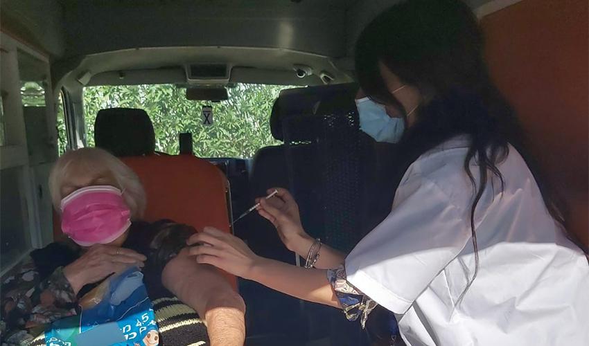 אחות מחסנת מרותקת בית בתוך אמבולנס (צילום: דוברות שירותי בריאות כללית)