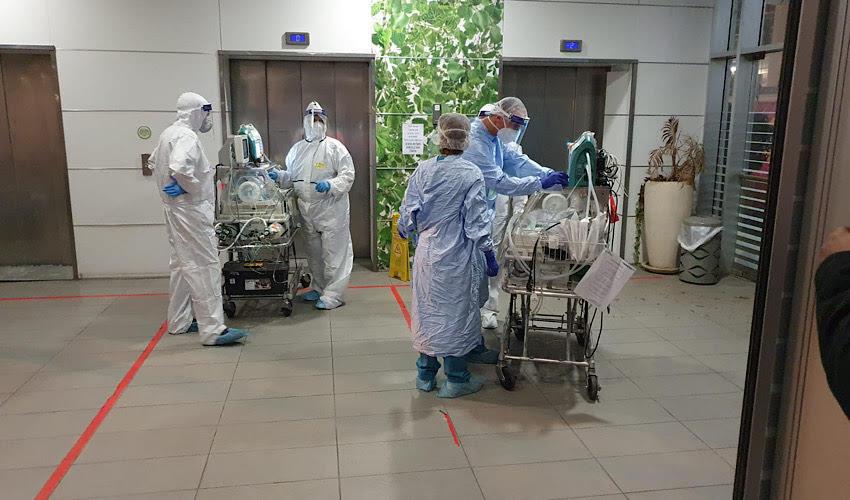 """העברת הפג ממחלקת הקורונה לפגייה (צילום: הקריה הרפואית רמב""""ם)"""