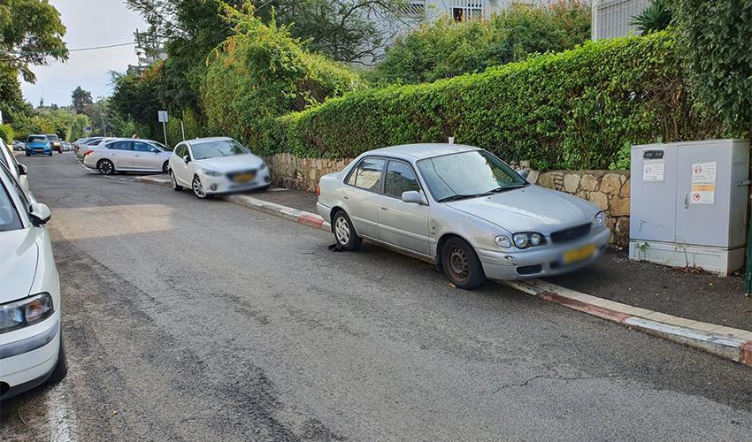 רכב חונה על מדרכה בשושנת הכרמל