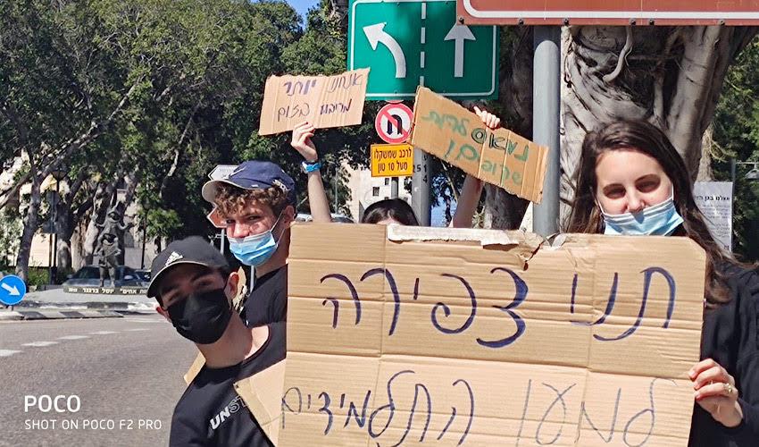 תלמידי רעות מוחים מול בניין עיריית חיפה