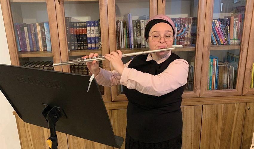 """אלה איסקוב. """"הייתי רוצה להיות מוכרת כחלילנית מבצעת טובה, להיות בתפקיד ראשי בתזמורת טובה ולהופיע מדי פעם סולו"""" (צילום: חגית הורנשטיין)"""