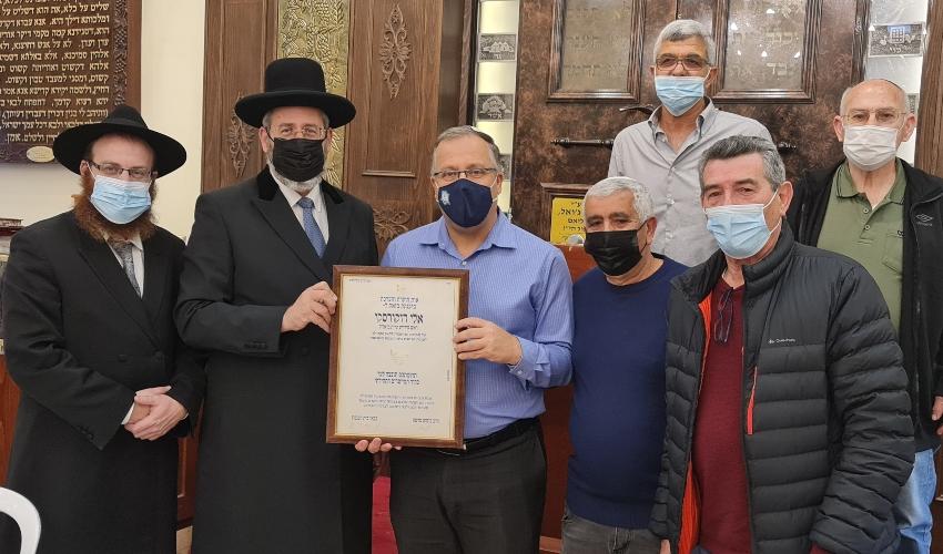 משמאל לימין: הרב פיני מרטון, הרב דוד לאו וראש העירייה אלי דוקורסקי (צילום: דוברות העירייה)