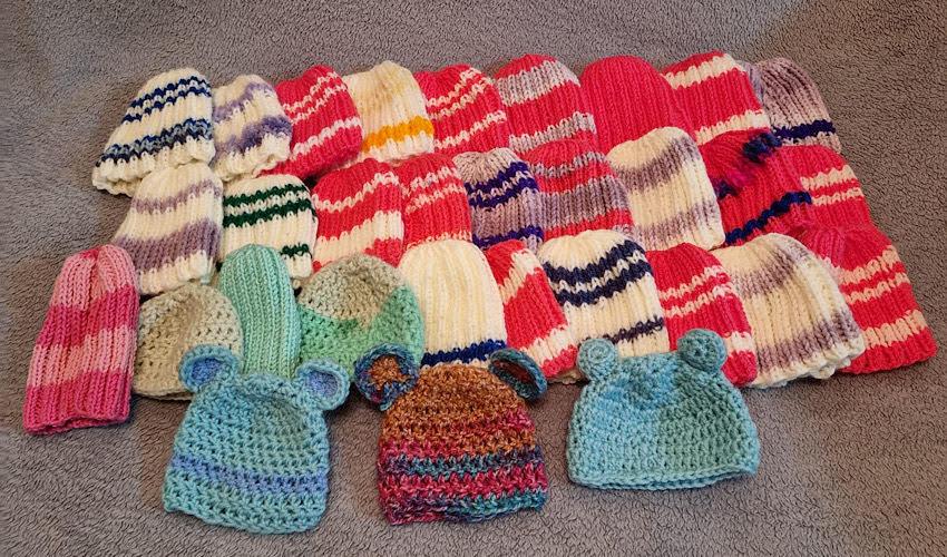 כובעי צמר שסרגו התלמידים (צילום:בית הספר ליאו באק)