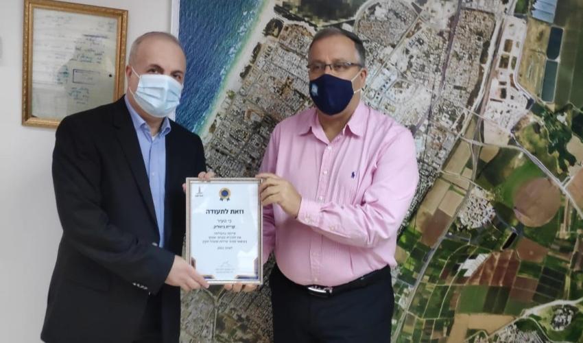 """יו""""ר מכללת אתיקס ד""""ר שמעון זילברשלג מעניק את התעודה לאלי דוקורסקי (צילום: מכללת אתיקס)"""