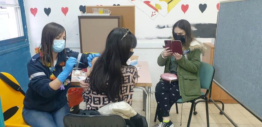 בני נוער מתחסנים בקרית אתא (צילום: דוברות העירייה)