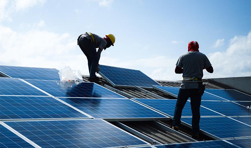 התקנה של מערכת סולארית על גג (צילום: shutterstock/lalanta71)