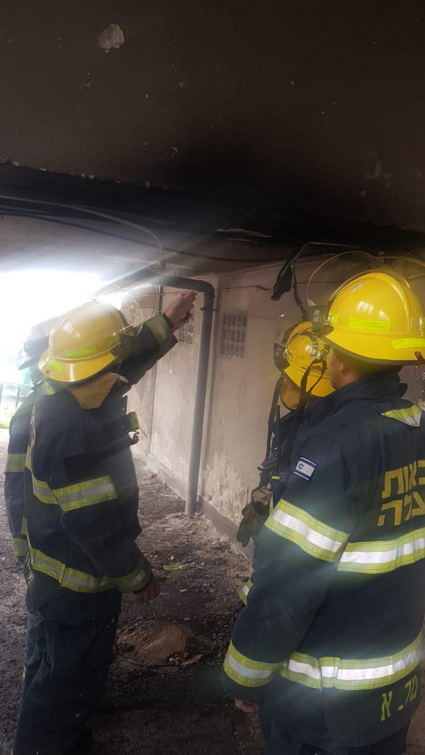 לוחמי אש באירוע ברחוב הרצל (צילום: דוברות שירותי הכבאות וההצלה)