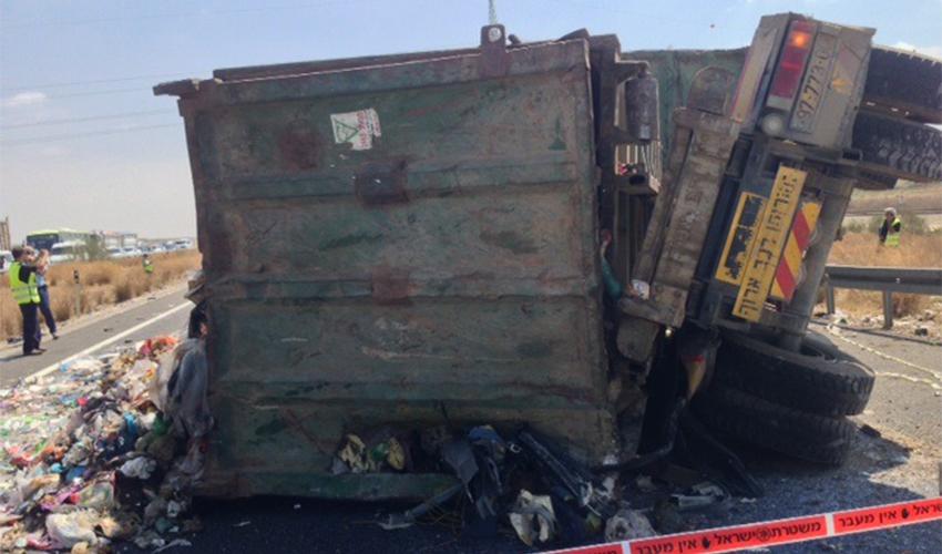 תאונה במעורבות של משאית (צילום: עמותת אור ירוק)