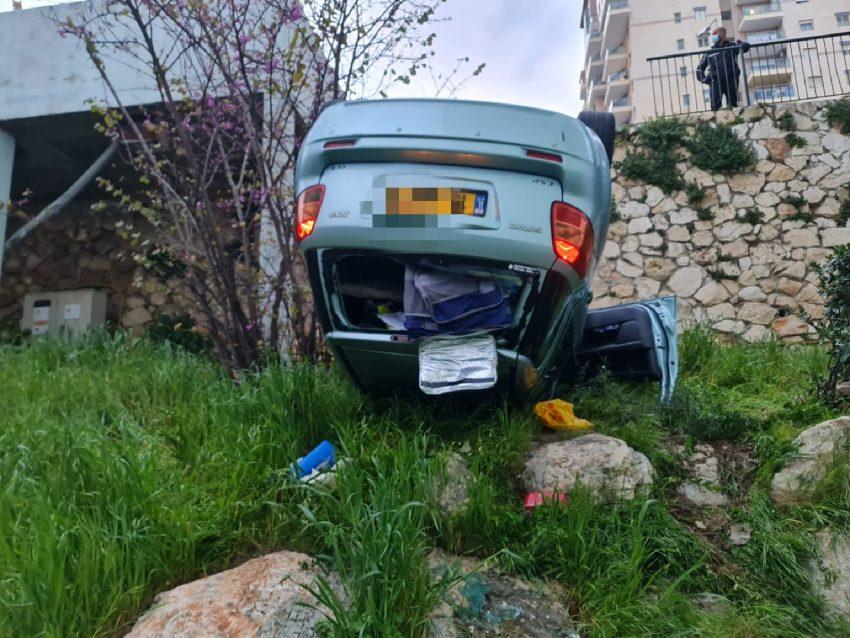 הרכב שנפל מהחניון לחצר (צילום: דוברות איחוד הצלה)
