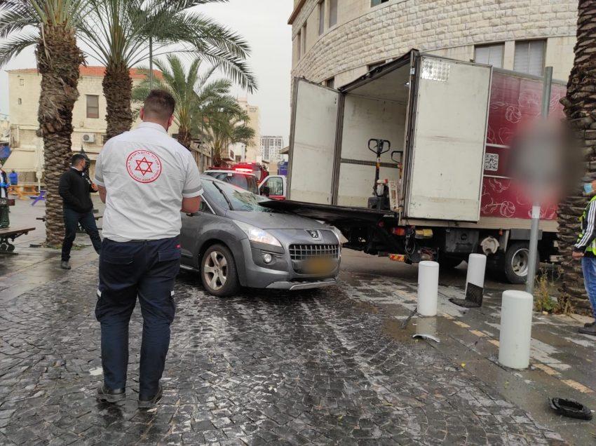 """זירת התאונה ברחוב נתנזון (צילום: תיעוד מבצעי מד""""א)"""