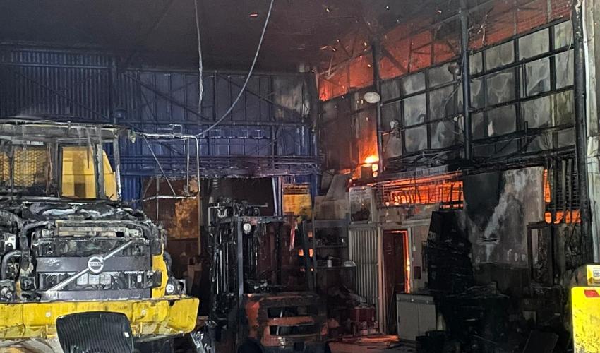 השריפה במוסך לציוד מכני הנדסי בקרית חיים (צילום: דוברות כבאות והצלה מחוז חוף)