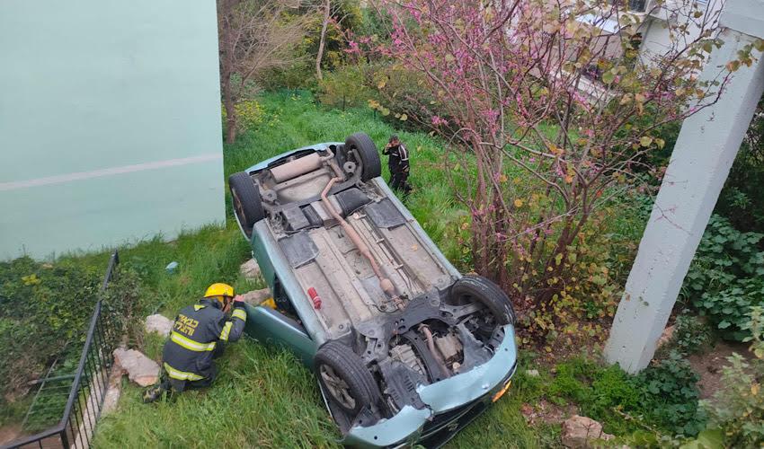 הרכב שנפל מהחניון לחצר (צילום: דוברות שירותי הכבאות וההצלה)