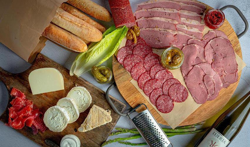 """גבינות ונקניקים באתר """"סינטה סטור"""" (צילום: ישראל אלפסא)"""