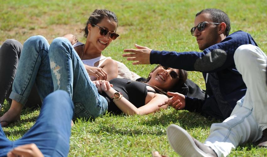 יש ערימה של חבר'ה על הדשא. סטודנטים באקדמית עמק יזרעאל (צילום: ליאור ג'ורנו)