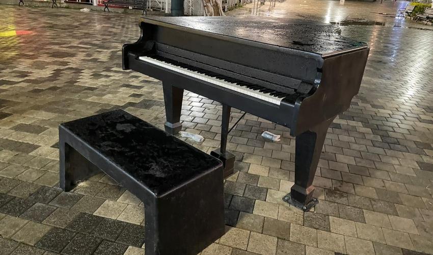 את המנגינה הזו אי אפשר להפסיק. הפסנתר בכיכר מאירהוף (צילום: ראובן כהן, עיריית חיפה)