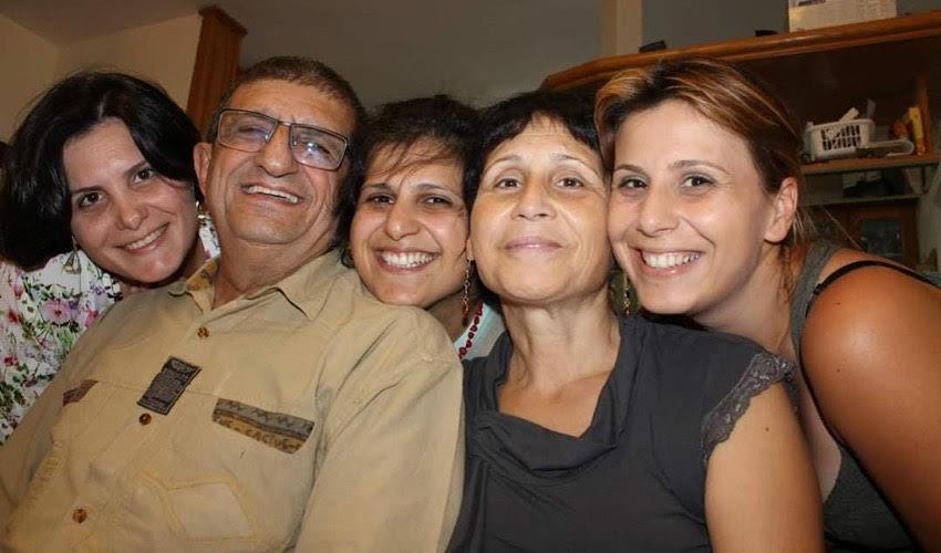 בלה אגרונוב עם בעלה ובנותיה