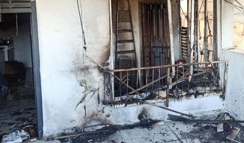 שריפה ברחוב סמטת נחום בקרית אתא (צילום: דוברות כבאות והצלה - מחוז חוף)
