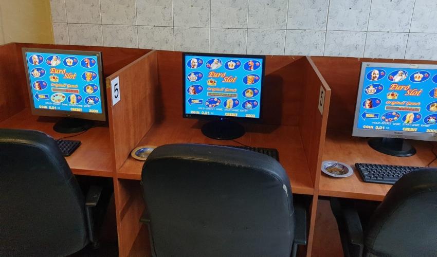 המחשבים שהוחרמו ממועדון ההימורים בקרית ביאליק (צילום: דוברות המשטרה)