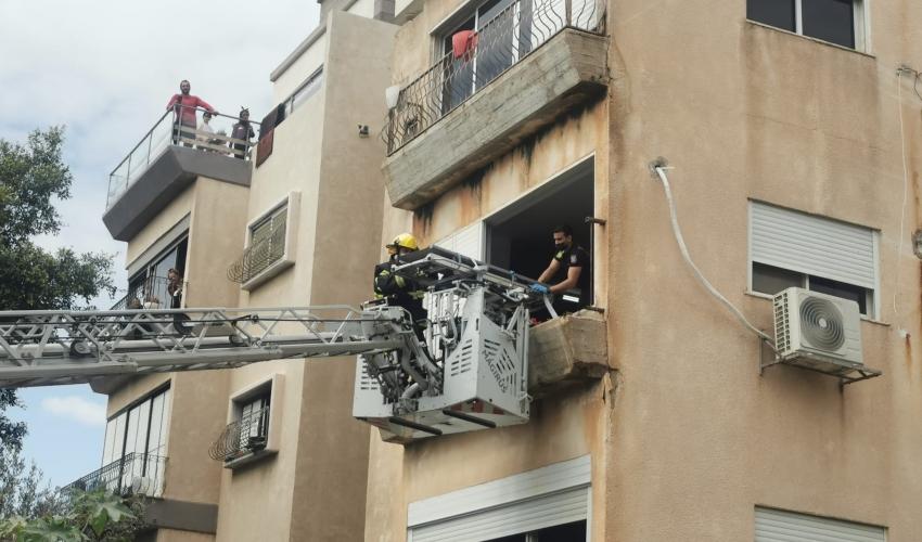 חילוץ האישה באמצעות מנוף גבהים (צילום: דוברות כבאות והצלה)