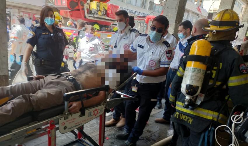 חילוץ לכודים בשריפה במבנה קולנוע רון בחיפה (צילום: דוברות כבאות והצלה - מחוז חוף)
