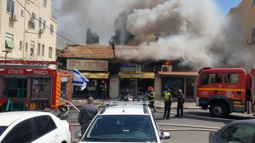 השריפה בחנות המצברים בהדר (צילום: דוברות איחוד הצלה)