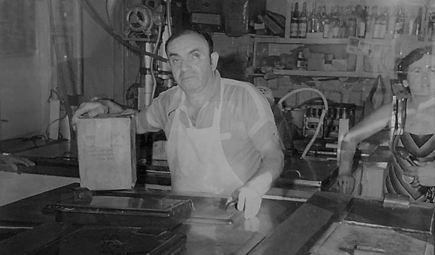 """בני הזוג יוכבד ויהודה מילשטיין (""""יונק"""") ומכונת הגלידה (צילום: באדיבות """"קפה גלידה יונק"""")"""
