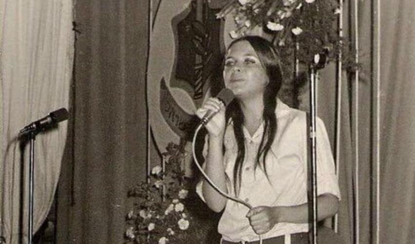 """שנות ה-70. חיה ארד בקבלת פרס """"כינור דוד"""". סולנית להקת חיל הים (צילום: באדיבות חיה ארד-יונאי)"""