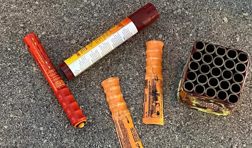 הזיקוקים והאבוקות שנתפסו בידי החשודים (צילום: דוברות המשטרה)