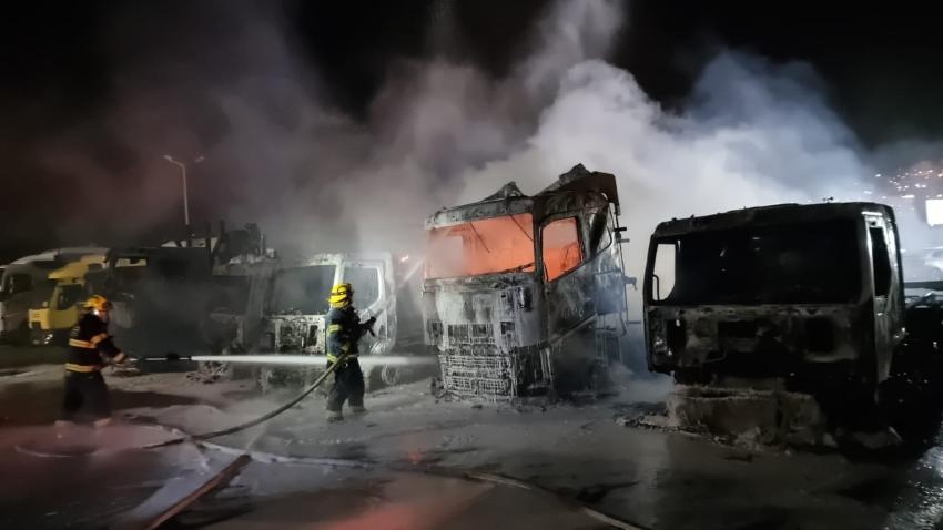 שריפה במוסך משאיות בצ'ק פוסט (צילום: דוברות כבאות והצלה - מחוז חוף)