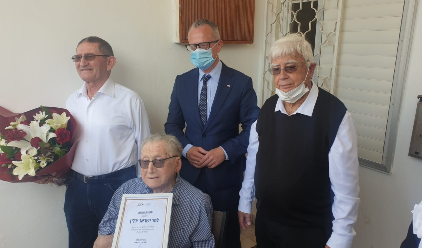 חיים צורי ושגריר פולין בביתו של שורד השואה ישראל ידלין (צילום: דוברות העירייה)