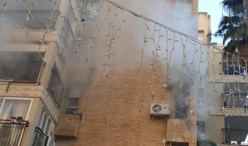 שריפה בבניין מגורים בקרית ים (צילום: חדר מצב ארצי)