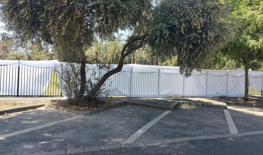 מתחם הבמה בבית העם. גדר מכוסה בבד (צילום: עמית בן מיכה)
