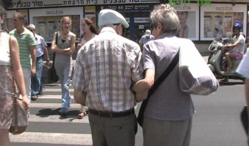 קשישים חוצים כביש (צילום: עמותת אור ירוק)