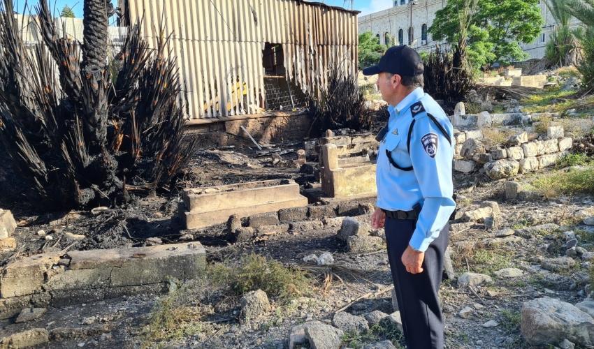 שריפה בבית הקברות המוסלמי (צילום: דוברות המשטרה)
