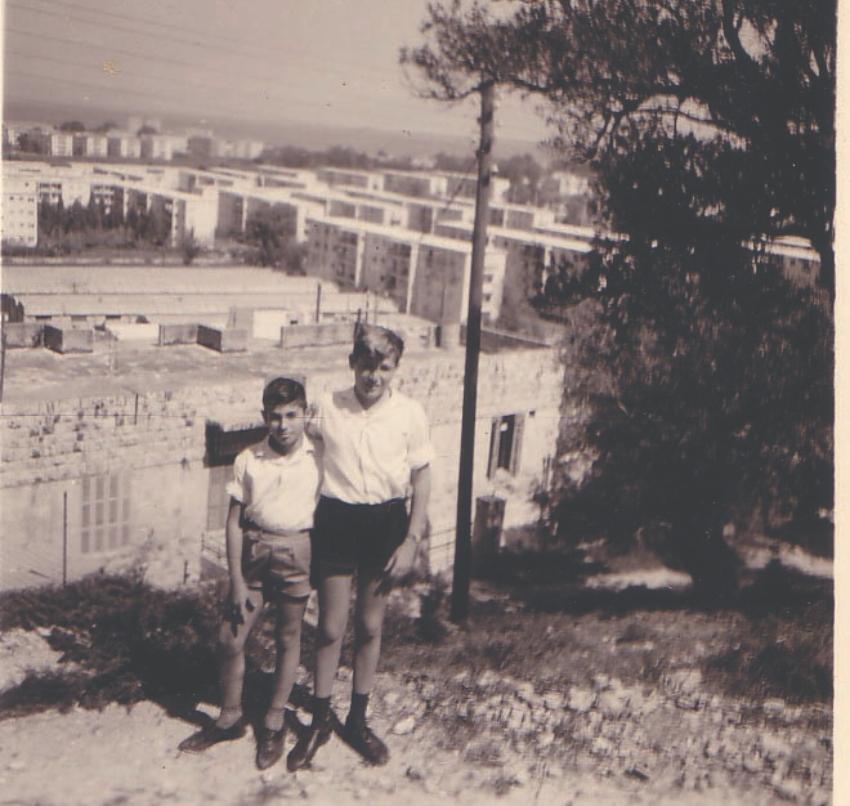 אברם קנטור, הילד, עם אחיו הבכור, שלמה (צילום: באדיבות אברם קנטור)